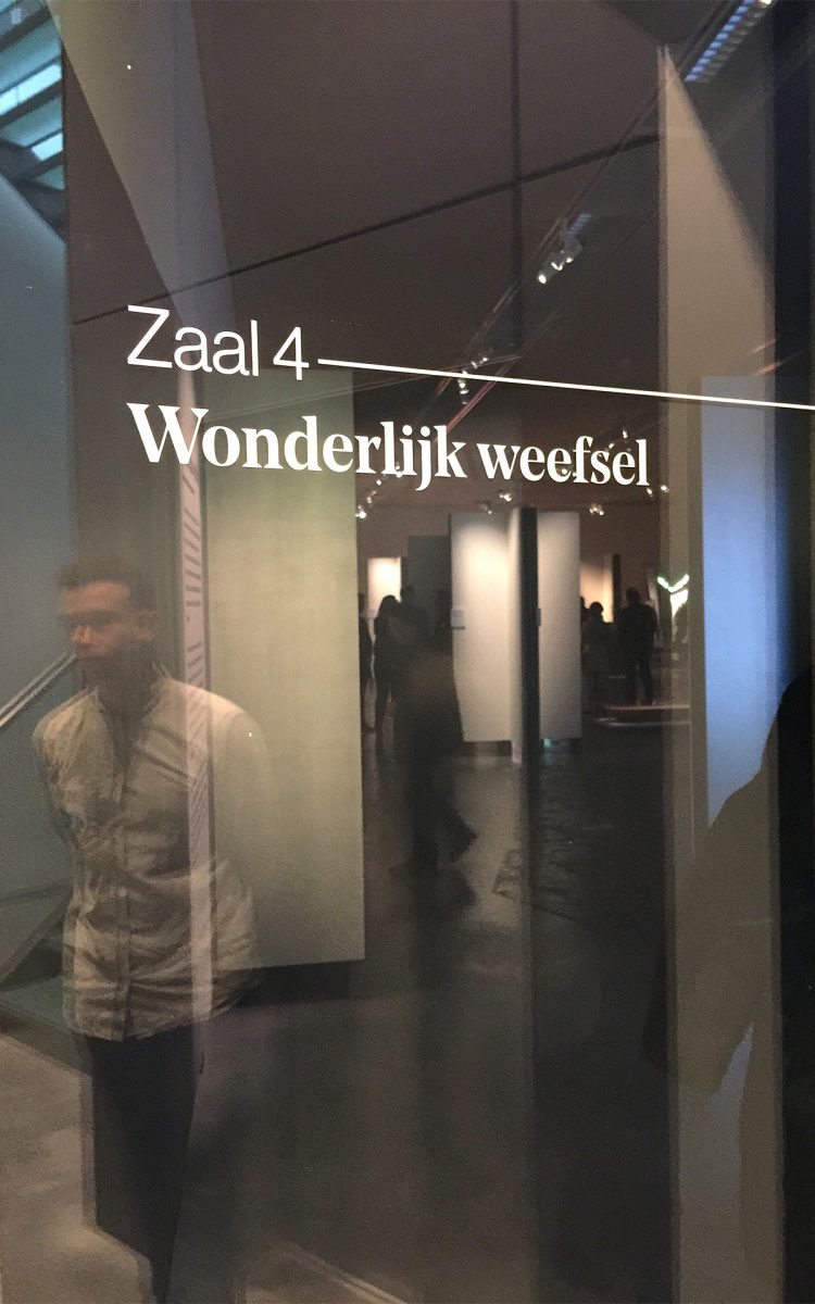 Bewegwijzering design op ruit in het Stedelijk Museum Breda