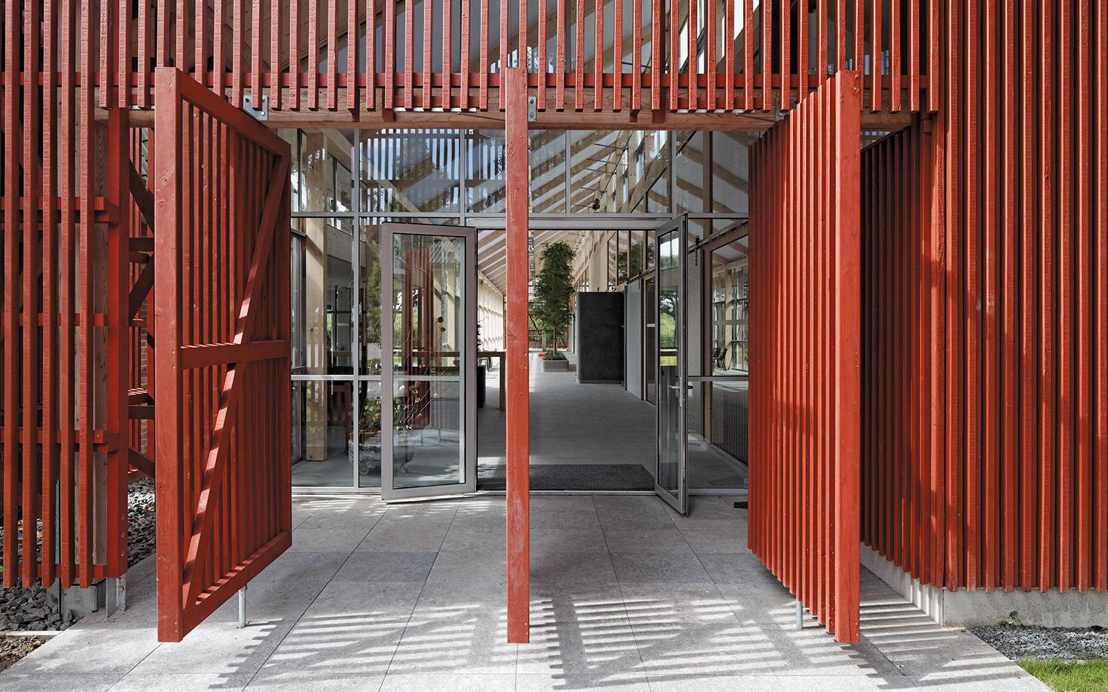 Van Helvoirt Groenprojecten Rood gebouw met een groen verhaal